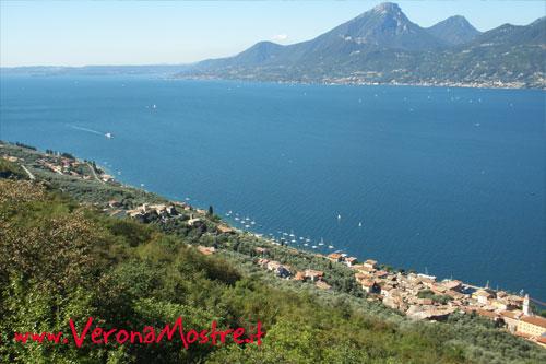 Panoramica della parte meridionale del lago di Garda. Si notano i primi monti della parte nord e in fondo le colline moreniche.