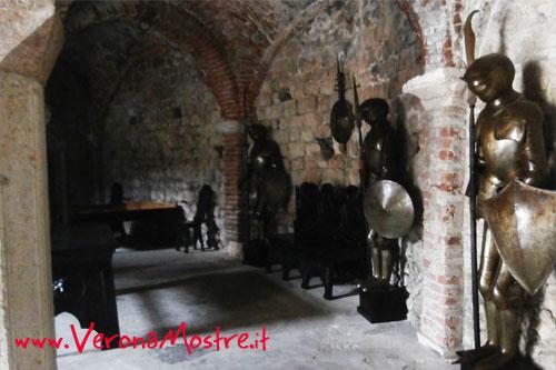 Sala con armature all'interno del castello di Soave
