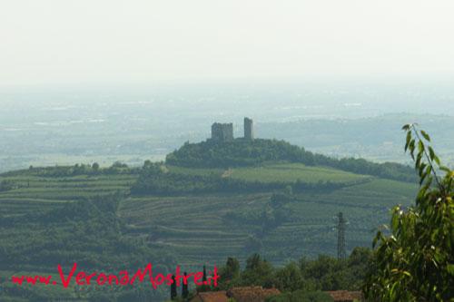 Il castello di Illasi, di fronte al castello di Soave sul lato opposto della vallata