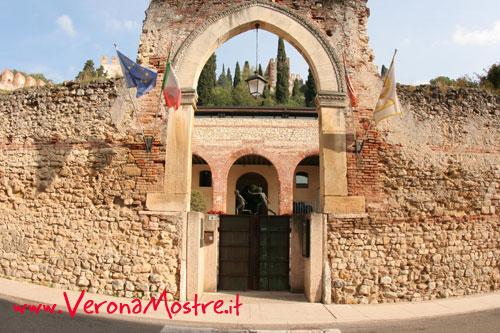 L'ingresso del palazzo del Capitano, sede dell'autorità scaligera in epoca medievale. Oggi è il monucipio di Soave