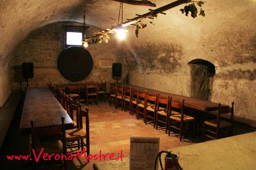 Sala degustazione per gruppi allestita in una vecchia cantina