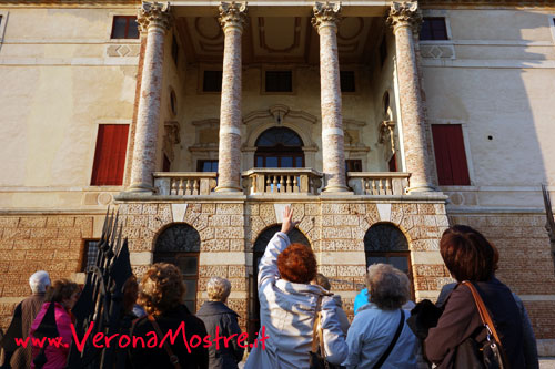 Una guida turistica illustra una famosa villa veneta