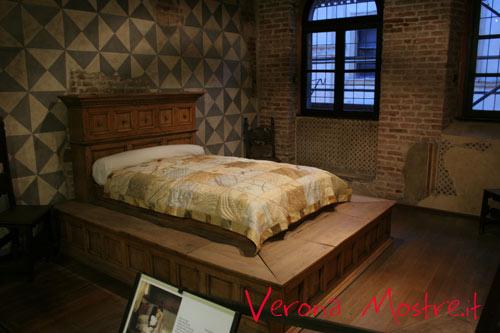 Una delle stanze all'interno casa di Giulietta. Il letto è parte della scenografia originale utilizzata per il film di Franco Zeffirelli.
