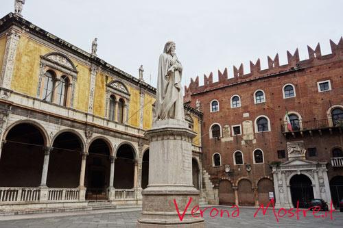 La statua di Dante in piazza dei Signori a Verona.