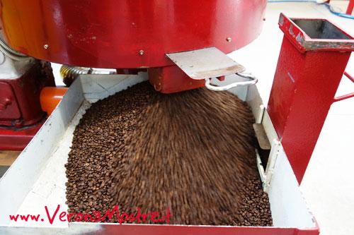 La tostatura del caffé in un laboratorio artigiano del veronese