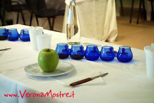 Degustazione professionale di olio d'oliva. La mela serve a ripulire la bocca tra una degustazione e l'altra.