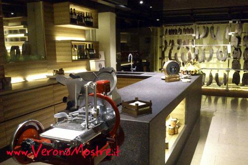 Sala di degustazione in una rinomata rivendita di delicatezze veronesi