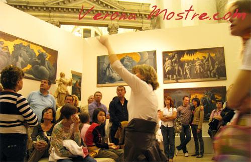Guida turistica in un museo di Verona