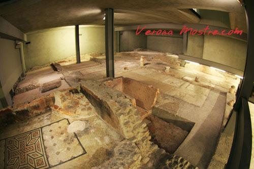 I resti di una domus romana nei sotterranei di un edificio del centro di Verona. Si notano i mosaici di una stanza, il peristilio con l'impluvium.