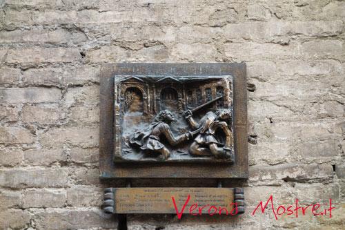 La targa bronzea posta su palazzo Carlotti ricorda il lugo del duello tra Romeo e Tebaldo