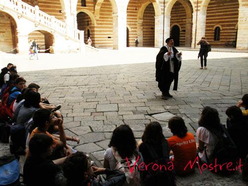 """L'attore che impersona William Shakespeare recita passi delle """"sue"""" opere di fronte ai ragazzi in gita scolastica a Verona"""