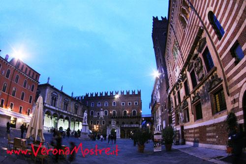 Piazza dei Signori. In un unico luogo a Verona oltre ad alcuni resti romanici, un edificio romanico, monumenti gotici, due palazzi rinascimentali e uno neoclassico
