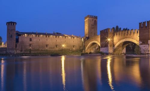 Castelvecchio. Il fiume Adige, il ponte Scaligero e il mastio.
