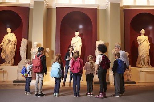 Studenti di scuola in visita a una mostra.