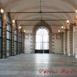 L'ampio porticato del Palazzo della Gran Guardia a Verona.