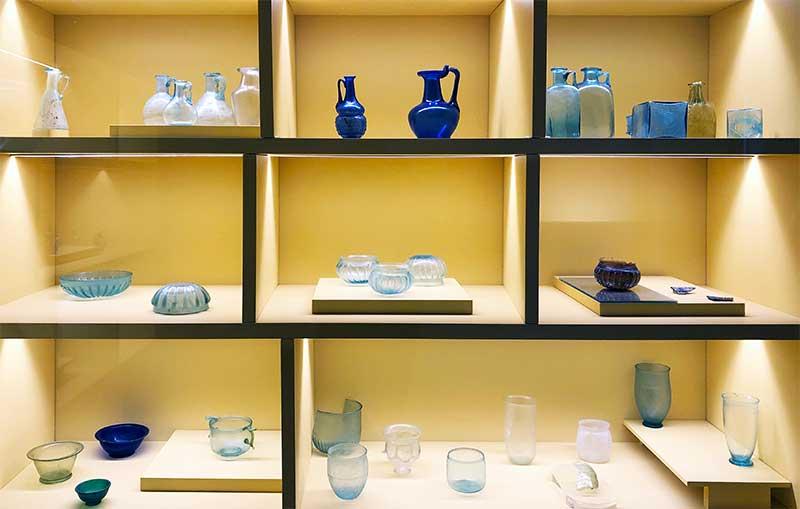 Vetrina di esposizione di vetri romani
